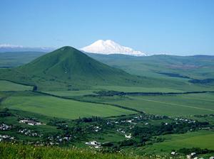 Город близко расположен к предгорьям Кавказского хребта