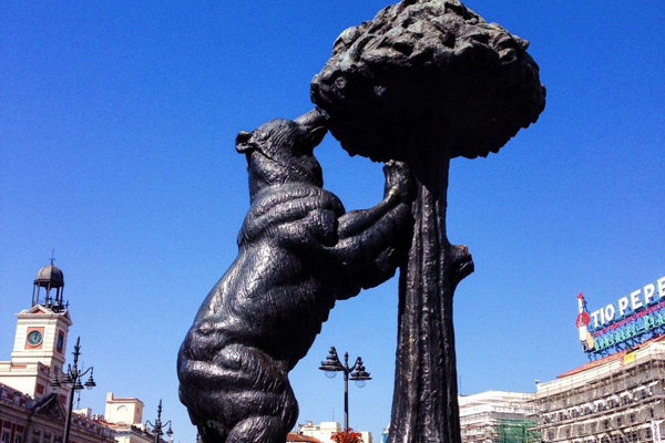 Статуя «Медведь и земляничное дерево» (Estatua de «Oso y Strawberry Tree»)