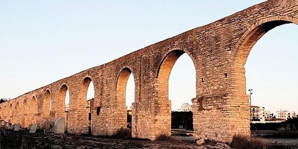 Древний акведук Камарес