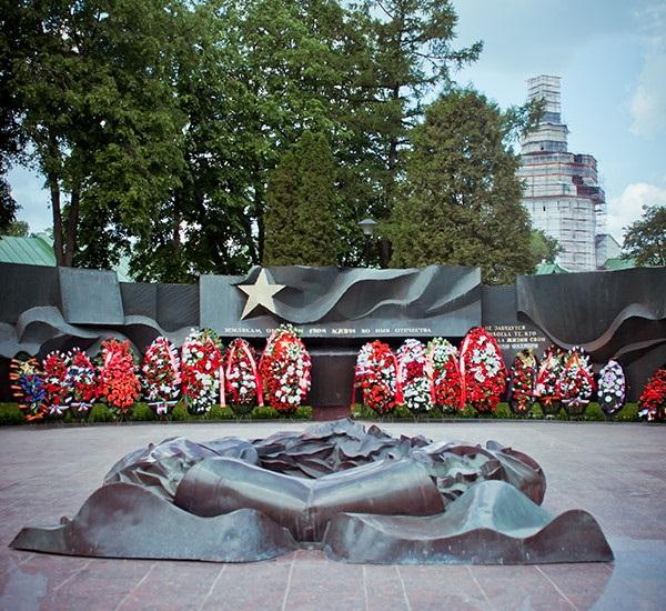Мемориал Славы и Вечный Огонь