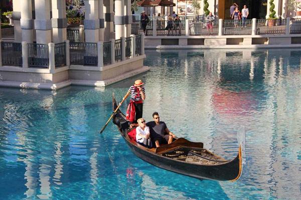Венецианский отель и поездки на гондоле (Venetian Hotel and Gondola Rides)