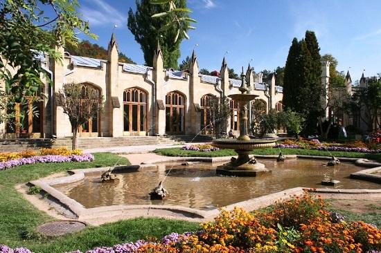 Галерея похожа на готический замок