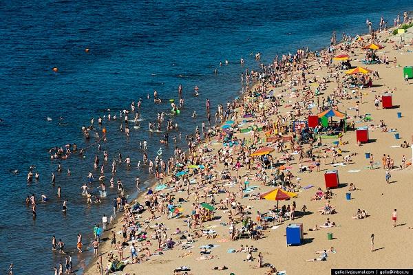 Пляж - излюбленное место отдыха горожан
