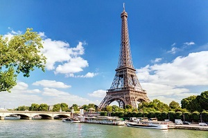 Столица Франции манит туристов