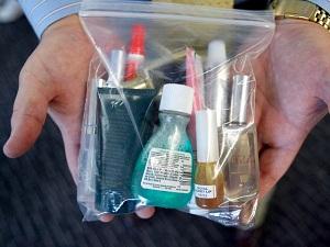 Жидкости проносят на борт в прозрачном пакете