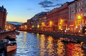 Экскурсионная программа включает в себя речную прогулку по каналам Санкт-Петербурга