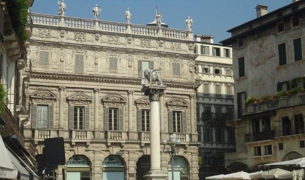 Над фасадом дворца возвышается балюстрада со скульптурами шести богов – Геркулеса, Меркурия, Юпитера, Венеры, Минервы и Аполлона.