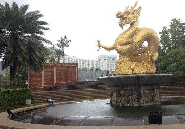 Статуя золотого дракона