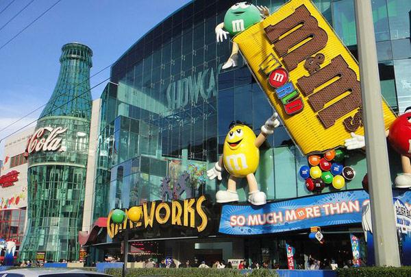 Магазины Кока-Колы и M&M (Coke Store and M&M Store)