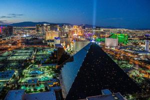 Там находится более 80 казино, тысячи игровых павильонов и множество дорогих отелей